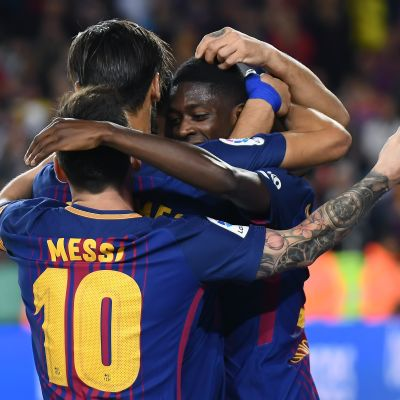 Barcelonan pelaajat juhlivat maalia.