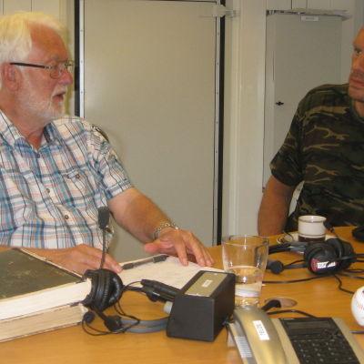 Lars Malmberg och Johan Lönnberg diskuterar i God morgon Västnylands studio.