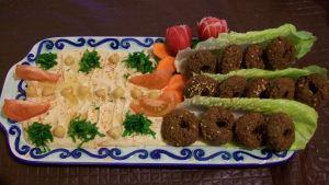 Tallrik med falafel och hummus.