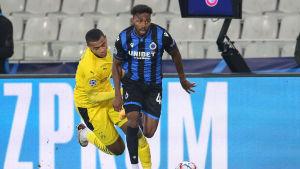 Emmanuel Dennis springer ifrån en motståndare med bollen.