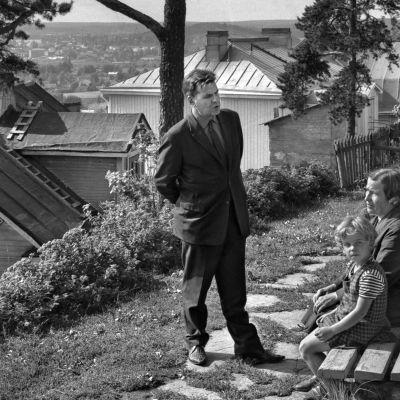 Kirjailija Lauri Viita Pispalassa v. 1965, juttelee ihmisten kanssa.