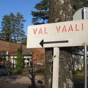 Församlingshemmet vid Centralgatan i Karis är vallokal i dag.
