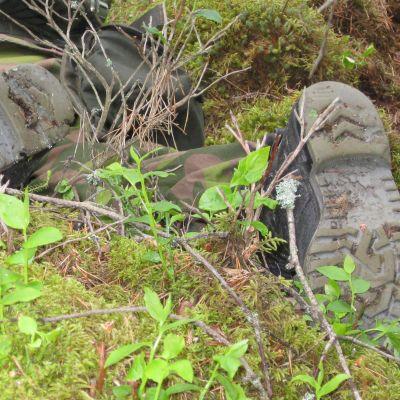Soldat kryper i skogen