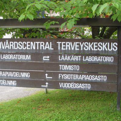 Hälsovårdscentralens skylt i Ekenäs.