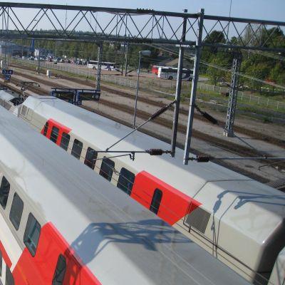 Intercity-tåg på Karis järnvägsstation.