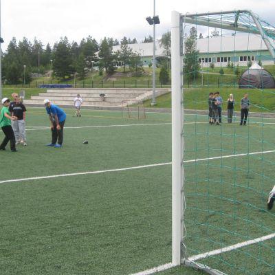 Pojkar spelar fotboll på planen i Kisakallio