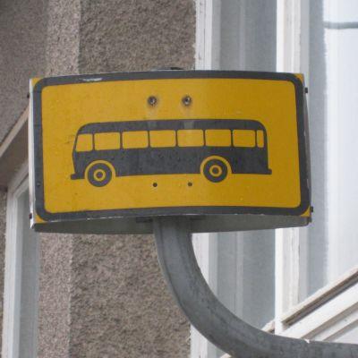 skylt på buss-stop