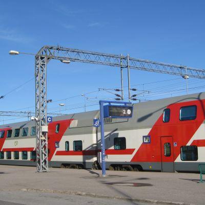 Tåget har stannat vid stationen i Karis.