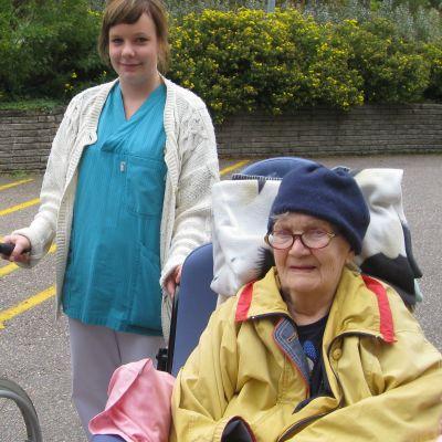 Äldre i rullstol på Gå ut-dagen