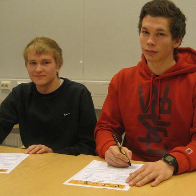 Marko Vendelin (t.v.) och Kristoffer Olin är klara för IF Raseborg.
