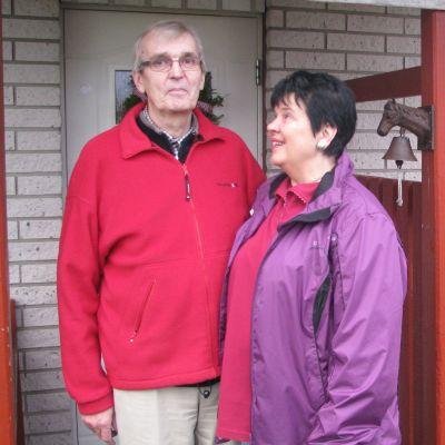 Nils och Barbro Lindberg utanför huset i Kristinestad.
