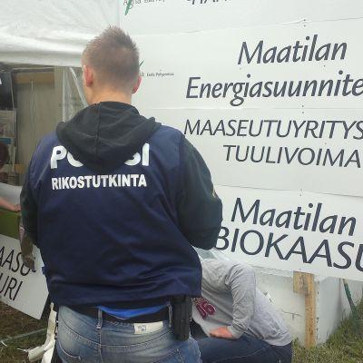 Poliisi tutkii varkautta ProAgrian osastolla Seinäjoen Farmari-maatalousnäyttelyssä.
