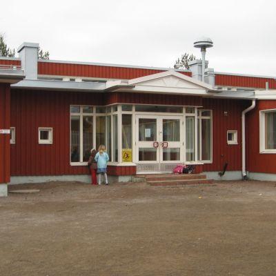 En röd byggnad som är Degerby skola.