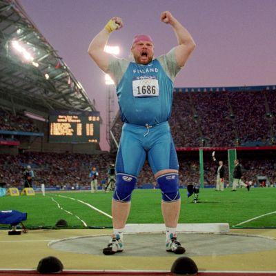 Arsi Harju tuuletti olympiakultaa Sydneyssa 2000.
