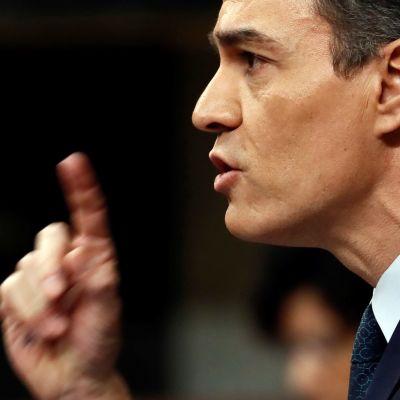 Spanska socialisten Pedro Sanchez pekar finger.