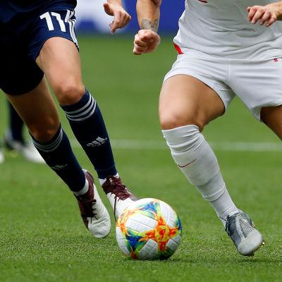 Fotbollsspelare i farten.