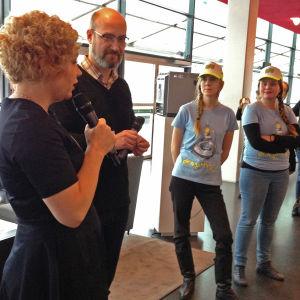 Oi maamme! -näyttely Kiasmassa, avajaiset 28.2.2017. Minna Joenniemi, Mika Taanila ja Tehonrakentajat-ryhmä.