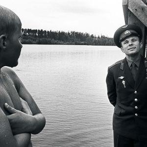 1960-luvun kuvassa kosmonautti Juri Gagarin ja nuori poika uimarannalla Hämenlinnassa.