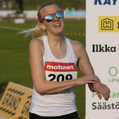 Sandra Eriksson grimaserar efter målgång.