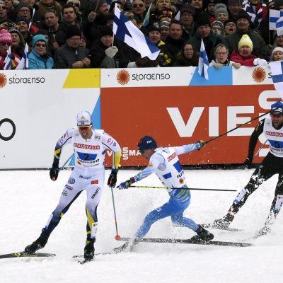 Matti Heikkinen kaatuu miesten viestin loppukirissä.