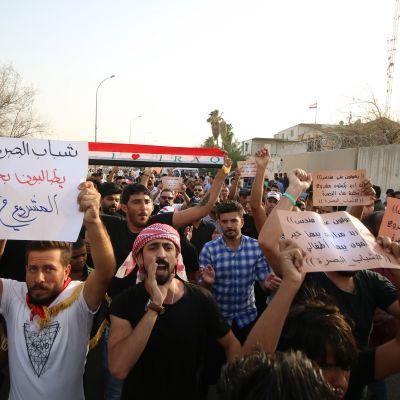 Tuhannet mielenosoittajat marssivat perjantaina Basran kaduilla Kakkois-Irakissa.