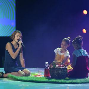 """Isabel uppträder med sin låt """"Du å jag, ingen annan"""" under finaldagens av MGP 2016."""