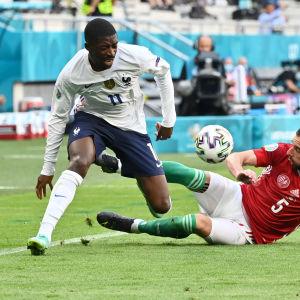 Ousmane Dembélé i kamp om bollen i matchen mot Ungern.