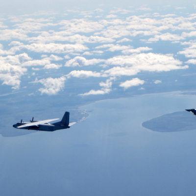 Ett brittiskt Typhoonplan avvisar ett ryskt plan av typ AN-26 ovanför Baltikums kust.