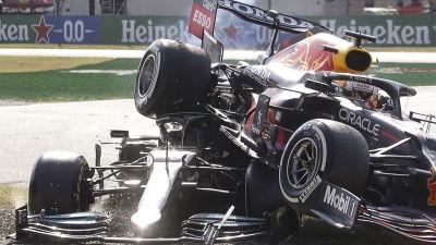 Max Verstappens däck är skrämmande nära en träff med Lewis Hamiltons huvud.