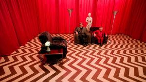 """Mike (Al Strobel) ja """"The Man from Another Place"""" (Michael J. Anderson) """"Punaisessa huoneessa"""" elokuvassa Twin Peaks: Tuli kulje kanssani"""