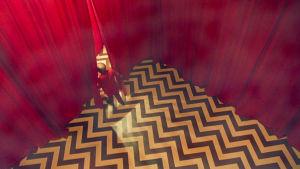 Twin Peaks -maailman punainen huone ja huoneesta poistuva kääpiö.