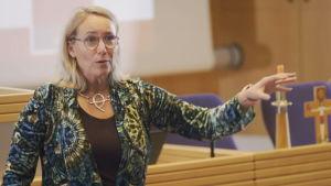 Prästen Ulrica Stigberg föreläser