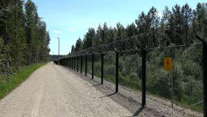 Ett stycke av det nybyggda gränsstaketet mellan Estland och Ryssland.