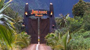 Bild av skylten ovanför ingången till Jurassic Park.