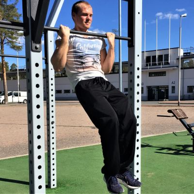 Liikunnanopettaja Eetu Louhivuori tekemässä leuanvetoja Lappeenrannassa Kimpisen ulkoliikuntapaikalla.