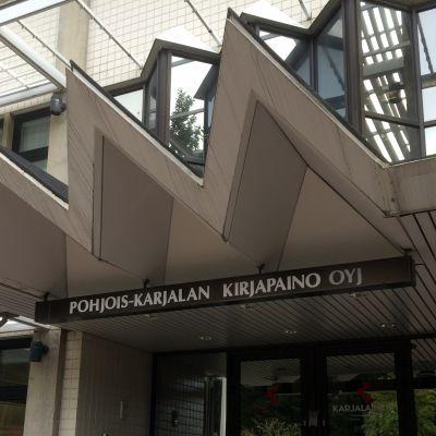 Pohjois-Karjalan Kirjapainon pääovi.