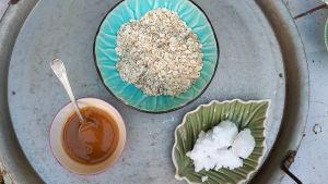 Kolme kulhoa: hunajaa, kaurahiutaleita ja kookosrasvaa
