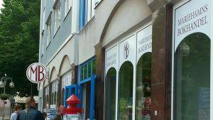 I Mariehamn ryms det två bokhandlar. Den andra heter Lisco.
