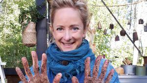 Alexandra visar sina smutsiga fingrar