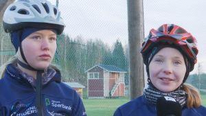 Ellinor Halonen och Julia Häggkvist är skidåkare.