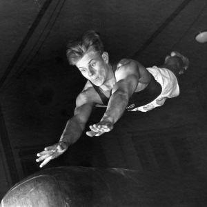 Martti Mansikka hypyssä.