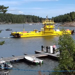 En gul färja som kör i Barösund i Ingå.