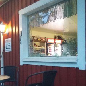 Ett fönster till en kiosk som blivit sönderslaget.