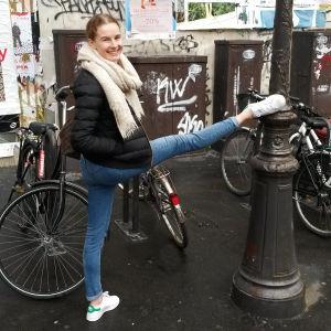 Ida Viikinkoski på gatan i Paris