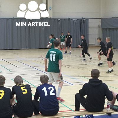Ekenäs IF anfaller mot Åbo IFK i en handbollsmatch.
