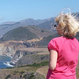 Tutkija Taina Kinnunen Big Sur -rannikolla Kaliforniassa.