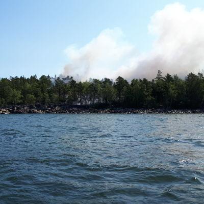 Rök kommer från skog på Västerö i Vörå.