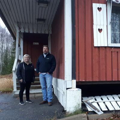Reeta ja Jouni Matilainen seisovat Näränperän vanhan tullirakennuksen edustalla.