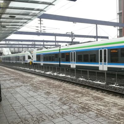 Ett tåg vid en tågstation.