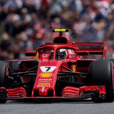 Kimi Räikkönen gasar på i sin röda Ferrari.